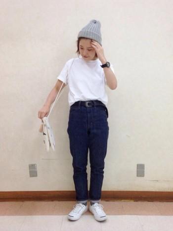 シンプルな白Tシャツ×デニムのコーディネートにニット帽をプラスしています。足元もサンダルではなくスニーカーに靴下で秋らしさを出して。
