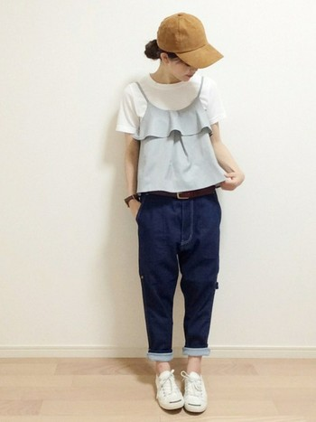 Tシャツにキャミソールを合わせた旬のコーディネートも、スエード調のキャップを合わせて秋らしく。夏の間はストローハットを合わせていた人も、帽子の素材を変えることで雰囲気ががらりと変わりますよ。