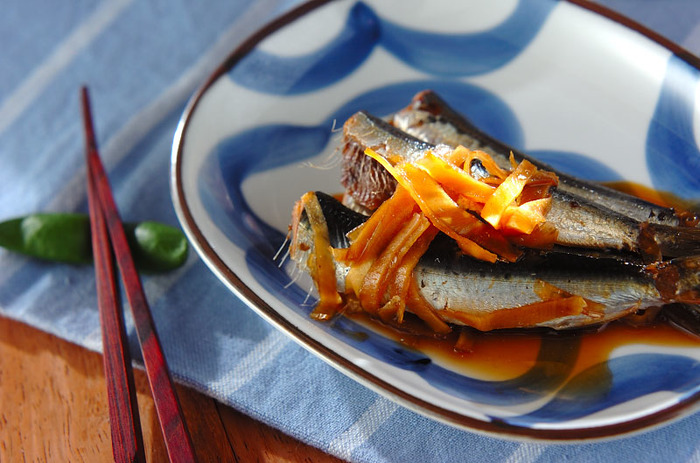 6月~10月にかけて旬を迎えるイワシも、ビタミンB群が豊富。またEPA(エイコサペンタエン酸)がむくみを解消してくれるので、夏バテと美容のためにぜひ取りいれたい食材です。  たっぷり入れた生姜が魚の臭みを消し、梅干しの効果で骨まで柔らかく煮上がるので、丸ごとカルシウムもとれますよ。ただし作る時は、酸に強いホーロー製などの鍋で作りましょう。