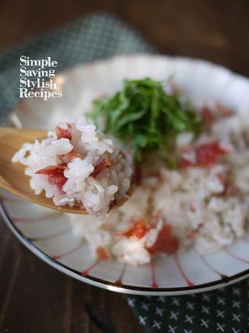 シラスと梅が入ったお手軽炊き込みご飯のレシピです。大葉以外の材料をすべて炊飯器に入れたら、スイッチオン。炊き上がったら、大葉をのせて召し上がれ。食欲が無い時にも、梅のおかげで美味しく食べられます。  丸ごと食べられるシラスはカルシウムが豊富で、お肌のハリを保ってくれる「エラスチン」というたんぱく質も含まれています。