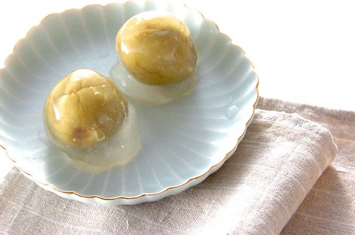 身体を冷やさず、やさしく腸を整えてくれる「葛」と、梅酒の梅を使ったレシピです。熱い緑茶と一緒にいただきたい、大人のデザート。