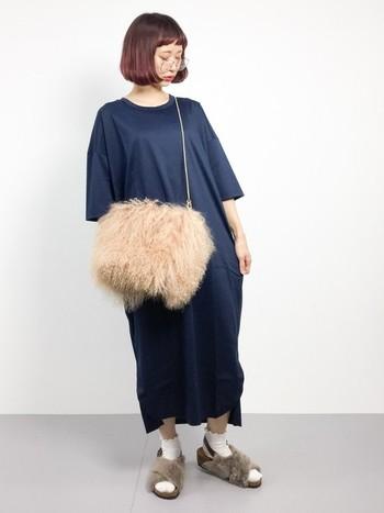 半袖のワンピースでもバッグとサンダルをファー素材に変えることで秋らしくなります。シンプルなコーデにプラスすると小物が主役になりますね。