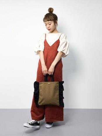 テラコッタカラーのキャミソールサロペットもスエード素材で秋にシフト。バッグも重めカラーなら半袖でも秋コーデに変身できます。