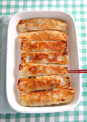 食欲が無いときでも餃子は食べられるという方は多いのでは? いつもの餃子の具に、大葉と梅をプラス。爽やかでいくらでも食べられそうな夏にぴったりの棒餃子のレシピです。