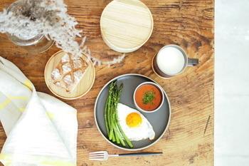 伝統×現代をコンセプトに、長崎県の波佐見町で発祥した「波佐見焼」をモダン風にアレンジしたプレートです。  和食にも洋食にも合う、素朴な色合いです。
