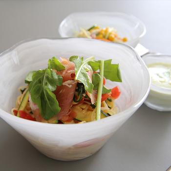 デンマーク発祥のテーブルウェアブランド「VIVA Scandinavia(ビバ スカンジナビア)」のガラスボウル。  小鉢サイズと3サイズのミストボウルのセット、ラージサイズのボウルとお皿が展開されています。大きなミストボウルに野菜スティック、小鉢にディップソースを入れて、野菜スティックを楽しむのも良いですね♪