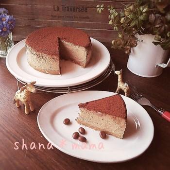 コーヒー味のチーズケーキは、ビスケットで台を作ったら、後は材料をミキサーで混ぜて焼くだけ。大人向けのチーズケーキです。