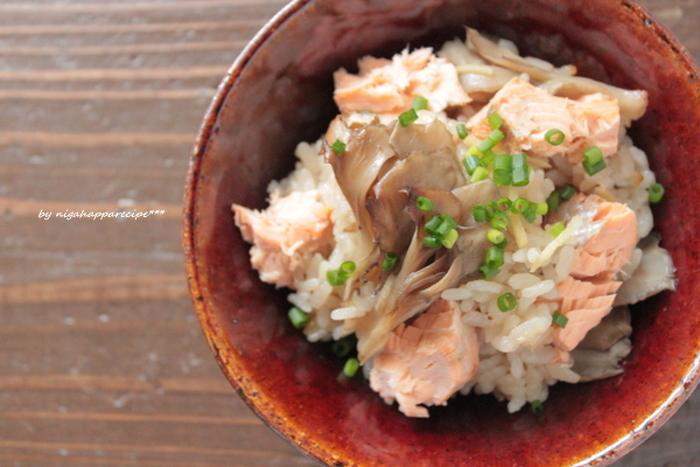 """""""食欲の秋""""といいますが、秋にはお魚も美味しいものがでてきますね♪秋のお魚ときのこの組み合わせは炊き込みごはんにもピッタリ。こちらは「秋鮭とまいたけの炊き込みごはん」。旬の食材を贅沢に使った一品です。"""