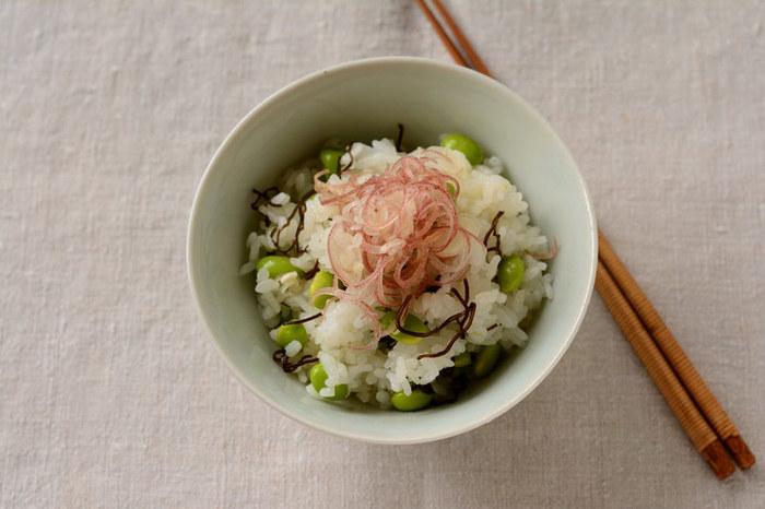"""夏が旬の""""枝豆""""はビタミンCや葉酸をたっぷり含んだ夏の元気を支えてくれる食材。疲労回復効果のある""""みょうが""""と共にいただくことでさらにパワーアップ!彩も鮮やかで、夏の食卓にピッタリのごはんです。"""