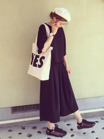 バッグを引き立てるために、洋服は潔くオールブラックで統一。ロゴトートがあるからこそ成立するスタイリングですね。