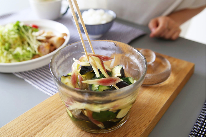 鉢そのものがおしゃれなので、浅漬けが完成したらわざわざ器へ盛らずにそのまま食卓へ出しても素敵。 和食の箸休めに欠かせないさっぱりとした浅漬けを、簡単・時短で作れる便利な一品です。