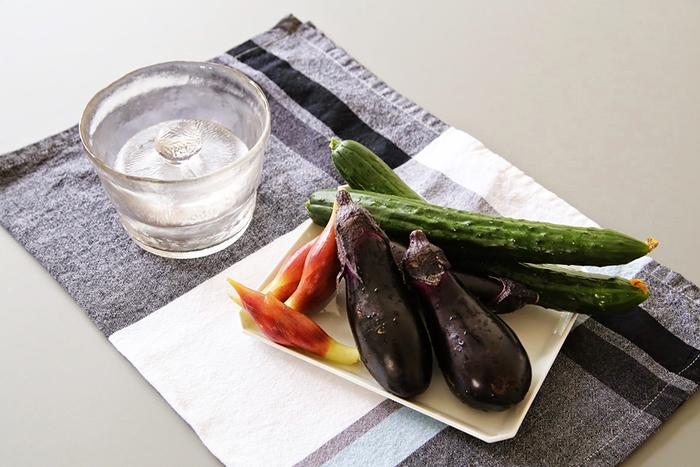 重石がじっくりと野菜の水分を減らすため、旨みがギュッと凝縮されます。昆布などを一緒に入れて旨みを出したり、生姜や大葉、茗荷などの薬味と一緒に漬け込むのもおすすめです。