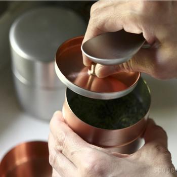 内蓋も外蓋も精密でぴったりと締まり、湿気による茶葉の劣化を防ぎます。 古くから金属加工品の産地として知られる、新潟県燕市で生産されているため、素材、作り、仕上げのすべてに上質が宿る茶筒です。