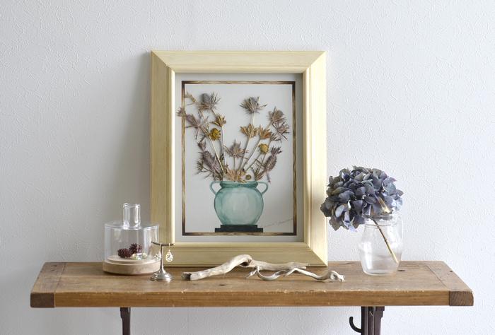 アクセサリーやインテリア雑貨などを展開する「LABORATORY BY EDEN(ラボラトリーバイエデン)」と、イラストレーター・安原ちひろさんのコラボレーションにより作られた、押し花のアートフレーム。水彩で描かれた花器に押し花にした草花を一つ一つコラージュし、やわらかな雰囲気に仕上がっています。