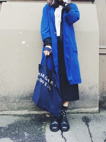 存在感のあるワークコートを、ネイビーのバッグで大人っぽくまとめて。色みの異なるブルーの合わせ方が見事!