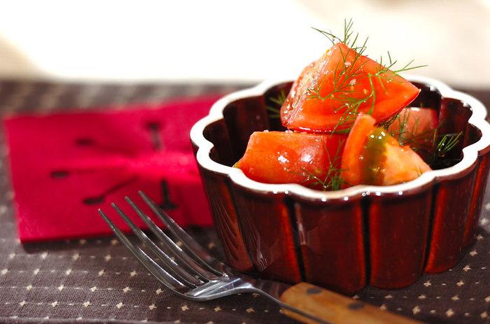 見た目も香りも良いトマトのサラダ。シンプルだからこそつけあわせにピッタリなメニューです。
