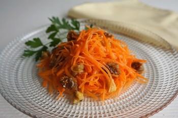 色鮮やかなにんじんを使った一品。オリーブオイルとビネガーでシンプルに味付けしたキャロットラペは、ドライフルーツやナッツで香りや食感のアクセントをお好みで楽しんでくださいね。