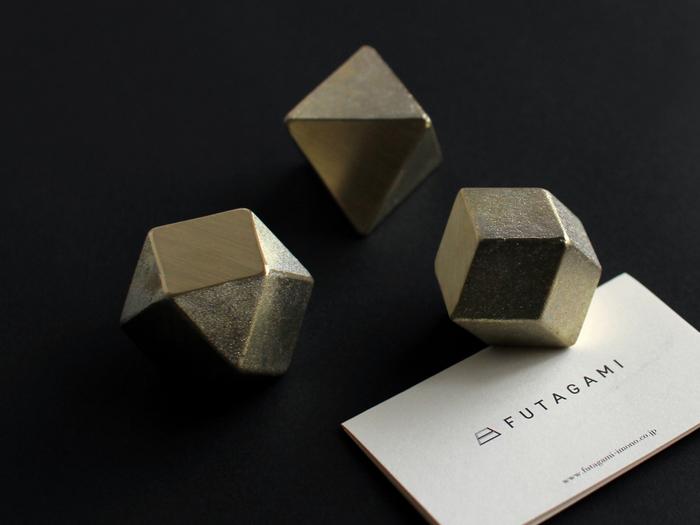 ころんとした形がユニークなペーパーウェイト。クルミの実ぐらいの大きさで、手の中に気持ちよく収まります。 無垢の真鍮で作られているため、使うほどに表面が酸化し、素材本来の美しさが出てくるのが特徴です。