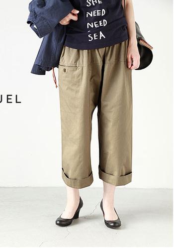 キレイなハリのあるワイドパンツなら裾を折って、足をすっきり見せる夏スタイルがおすすめ。パンプスやサンダルを履いて足元のおしゃれも楽しんじゃいましょ♪