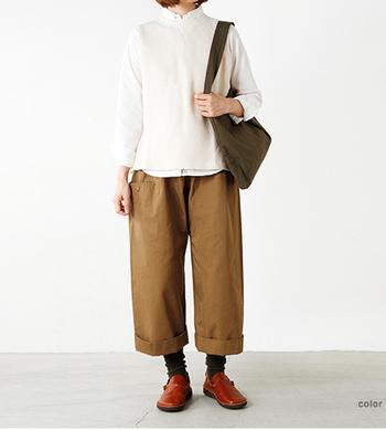 秋が深まればレギュラーシャツにニットベストを合わせてこんな着こなしもオススメ。ルーズな靴下を見せて抜け感を演出したコーディネートはマネしたくなりますね♪