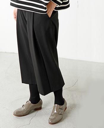 エナメルのドレスシューズを合わせると、シックな中に女性らしさが垣間見えます。トレンドに敏感な、ワンランク上の着こなし方です。