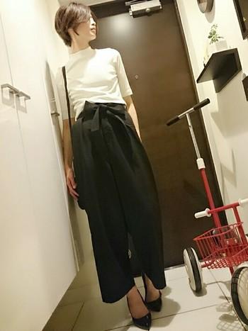 シックなブラックもリブハイネックで季節感を取り入れてみて。シルエットのキレイなスタイリングには女性らしいパンプスがとってもお似合いです。