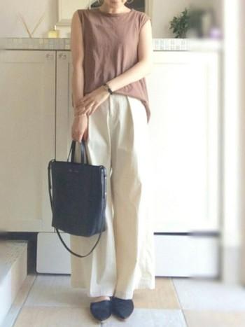 夏らしい爽やかなホワイトでもバッグやシューズを落ち着いた色にすれば、もう秋の香りが漂います。
