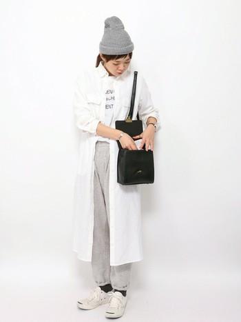 シャツでもいいでしょう。ロング丈の羽織りものは、スカートと同じく体型カバー力が高いので写真映えすることもできます。