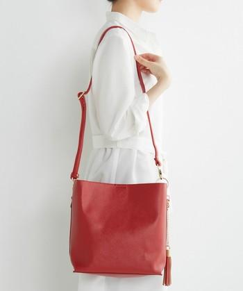 女性らしいスタイルにしたい方はショルダーバッグがおススメです。エコバッグを入れておけば荷物が増えても対応できます。