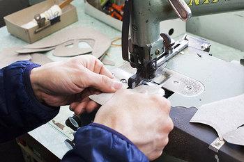 細部の仕上げや縫い目の始末は仕上がりの差を大きく左右するポイント。熟練した職人の丁寧な作業が出来上がりの完成度を高めます。