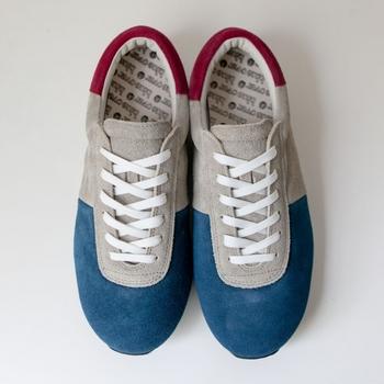 ■kopori tricolor  スエードスキンが秋らしく、落ち着いたトリコロールが素敵です。こちらも日本人の足形に合わせた作りになっているので、履きやすく歩きやすいスニーカーです。