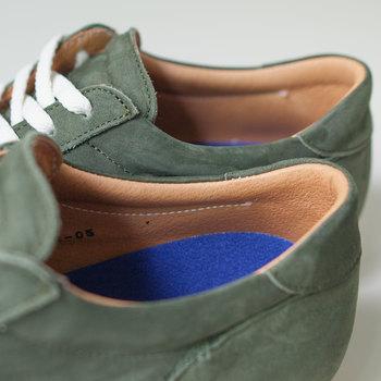足に当たる部分には柔らかいピッグスキンを使用。履き込むほどに味わいも増し、足にフィットしていきます。