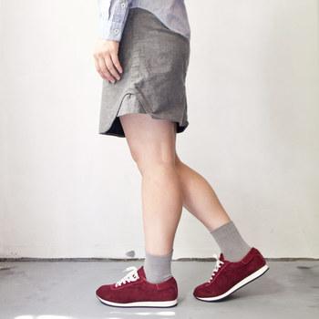 程よく主張のある色味が足元のアクセントになってくれます。女性らしくスニーカを履きたい時にも重宝してくれそう。