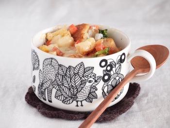 混ぜる工程も全部マグカップでできるレシピ。野菜も入った嬉しいアイテムです。とろーりチーズが食欲をそそりますね♪
