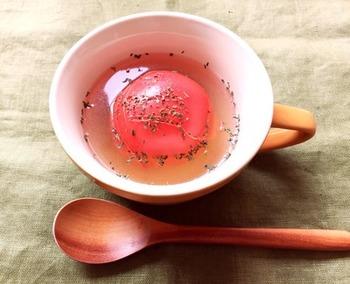 トマトが丸ごとマグカップに浮かぶユニークレシピ。まな板の上で細かく切らずに済むので、時短にもなるし、トマトを崩しながら食べるのがまた楽しいですよ!