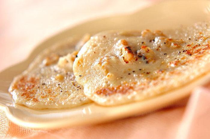 米粉を使ったじゃがいも生地と香ばしいくるみ、そして黒胡椒の組み合わせがたまりません。 チーズの香りで、食欲が目覚めます。