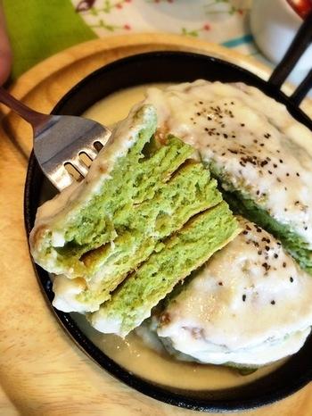爽やかなグリーンはほうれん草パウダー! 砂糖不使用の甘くないパンケーキです。 チーズソースの風味が豊かで食が進みます♪