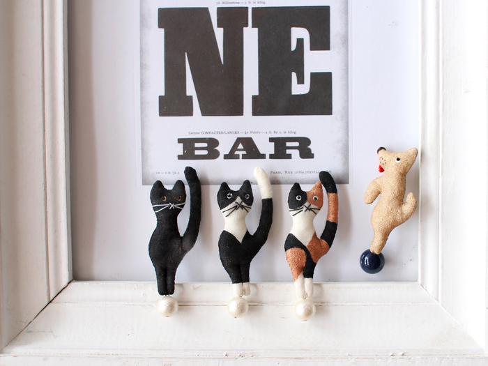 それぞれ模様の違う猫が3種に、犬は1種。 自分の飼っている猫ちゃんの模様で選んだり、好きな模様の子をチョイスしても。 また、犬や猫を飼っているお友達にプレゼントしても喜ばれそう。 身に着けなくても、オブジェのように飾って楽しめる面白いブローチです。