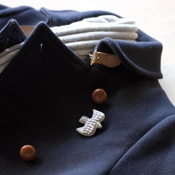 手仕事のワザが光る。ほっこり和むブローチでワンランク上の着こなしを。