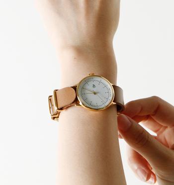 今回は、そんな方におすすめできるレザーベルトの腕時計をいくつかご紹介します。落ち着いた印象の革ベルトの時計なら、知的なニュアンスもプラスしてくれますよ♪