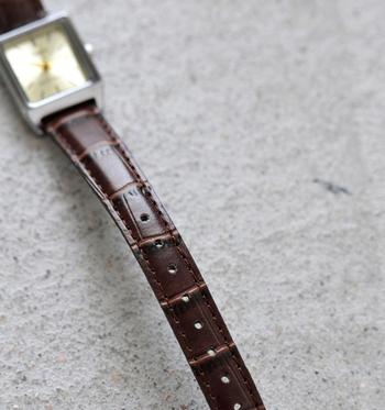 高級感あるすっきりした細めのベルトは腕周りを華奢に見せます。ベルトは8段階で調節可能です。