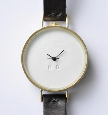 文字盤に時間を読み取る数字の打ち込みはなく、ブランドロゴのイニシャルを刻印したミニマルを極めたシンプルなデザイン。無駄を削ぎ落として洗練されたデザインは、身に着ける人をもワンランク上に見せてくれます。