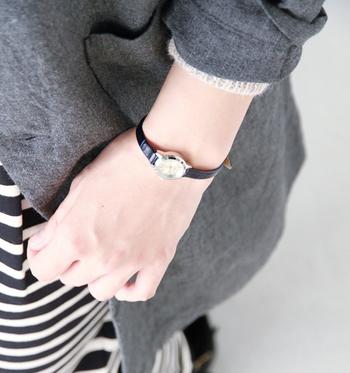 コーディネートのポイントにひとつ合わせるだけでグッとまとまりの生まれる素敵な時計です。