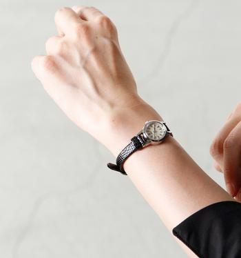 小ぶりなサイジングが女性的なレザーバンドウォッチ。ベルトの革は型押しではなく、天然のリザードレザーを染め上げたものを使用しています。