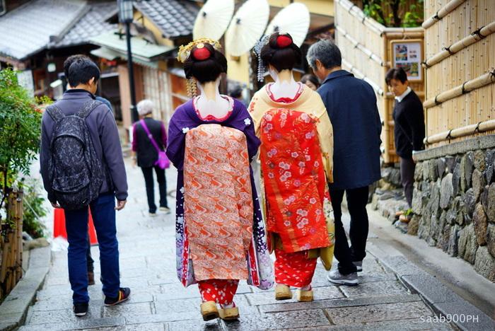 京都市内有数の人気観光地、三年坂では、舞妓さんの姿をした観光客の姿を見かけることもあります。