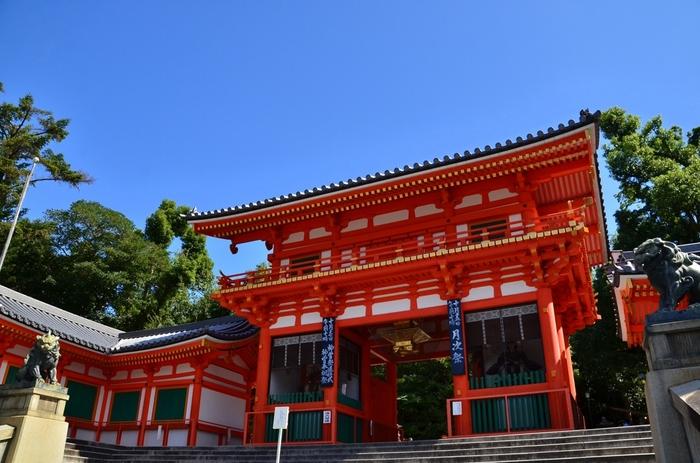 地元京都では、「祇園さん」の愛称で親しまれる八坂神社は、京都市内を東西に横断する四条通の最西端に位置する神社です。