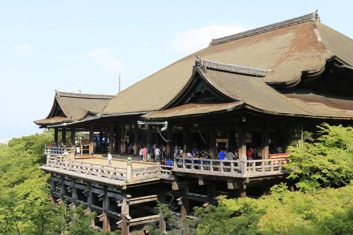 清水寺は、京都市東山区にある「清水の舞台」で有名なお寺です。京都市内でも屈指の人気を誇る名所で、日本人、外国人を問わず、いつも大勢の観光客で賑わっています。