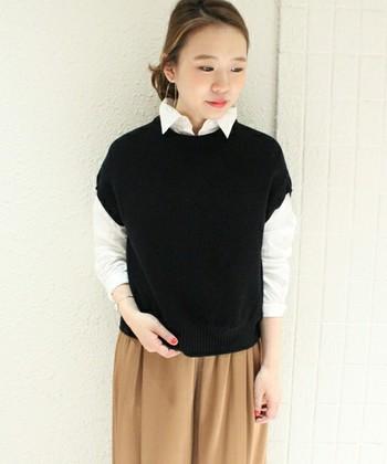 秋もいよいよ本番になったら、長袖一枚ではちょっと寒い。ニットベストがグッと秋っぽさをUPさせます。綺麗な白×ベージュを重めの黒で引き締めて。