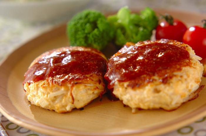 『1.モヤシの鶏バーグ』  みんなの大好きなハンバーグ!鶏ひき肉にモヤシ・にんじん・タケノコを入れて。ソースも美味しい♥