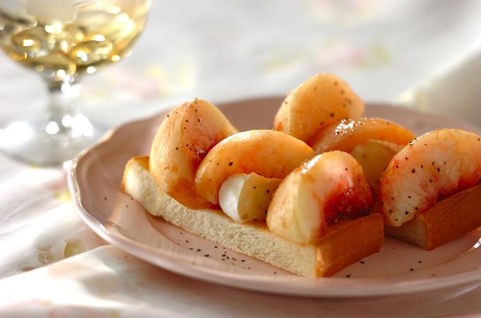 黒コショウがアクセントになった白ワインにも合うオープンサンドです。 桃は、コクと旨みが特徴のカマンベールチーズともよく合います!
